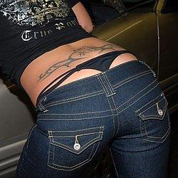Der schwarze Tanga schaut ihr aus der Jeans
